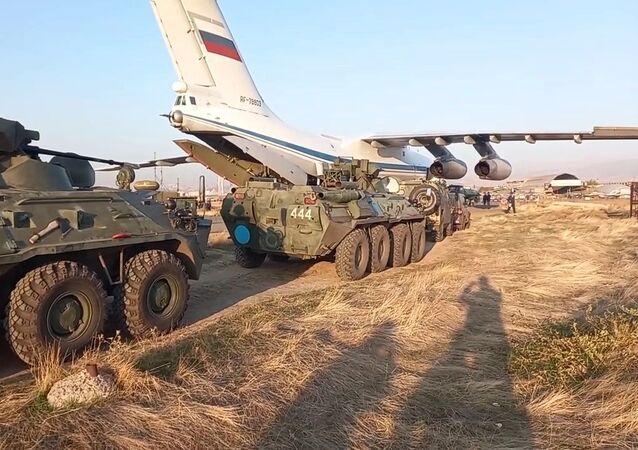 Rozładunek sił pokojowych Sił Zbrojnych Rosji, które przybyły w celu uregulowania sytuacji w Górskim Karabachu, na lotnisku Erebuni w Armenii