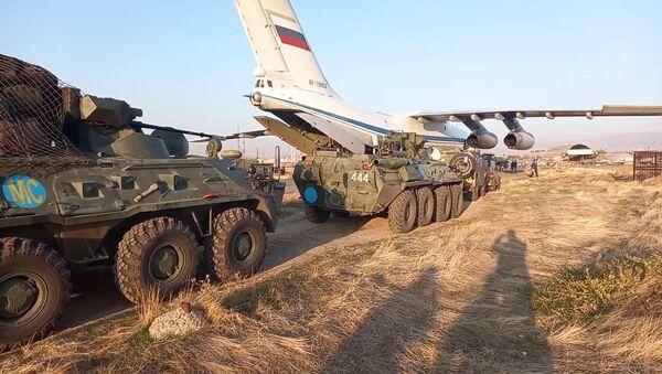Rozładunek sił pokojowych Sił Zbrojnych Rosji, które przybyły w celu uregulowania sytuacji w Górskim Karabachu, na lotnisku Erebuni w Armenii - Sputnik Polska