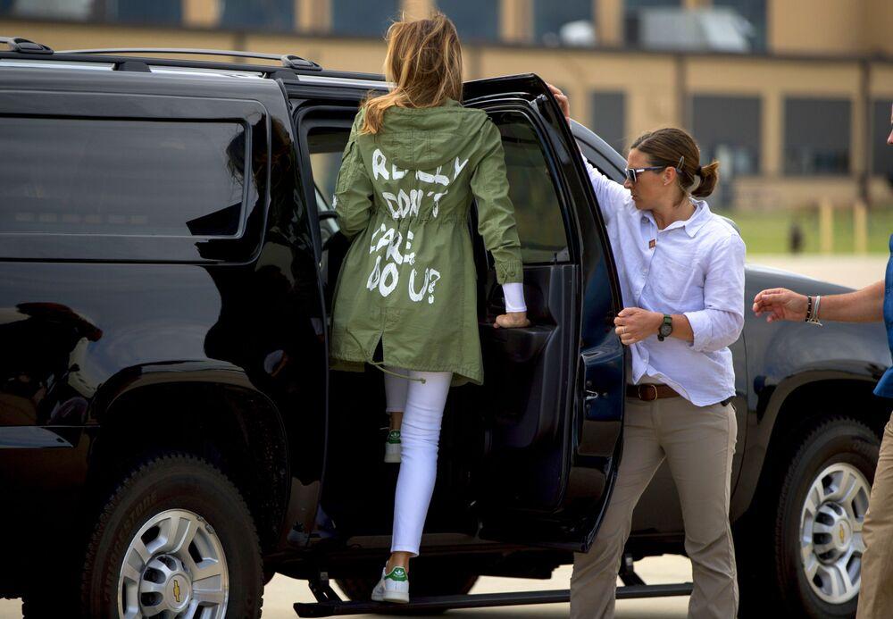 Melania Trump przybywa do Bazy Sił Powietrznych Andrews w stanie Maryland w kurtce Zara