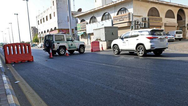 Saudyjska policja na ulicy miasta Dżudda w pobliżu cmentarza, gdzie doszło do wybuchu - Sputnik Polska