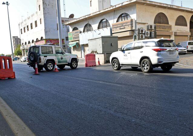 Saudyjska policja na ulicy miasta Dżudda w pobliżu cmentarza, gdzie doszło do wybuchu.