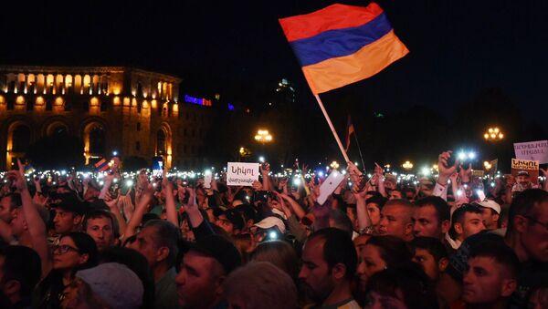 Zwolennicy lidera opozycji w Armenii Nikola Paszyniana na wiecu po wyborach na Placu Republiki w Erywaniu - Sputnik Polska