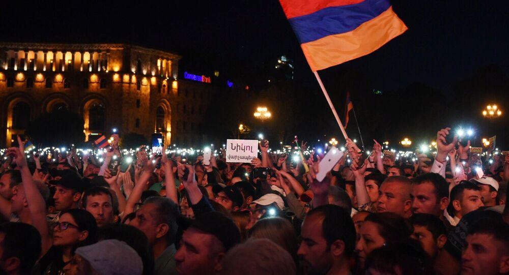 Zwolennicy lidera opozycji w Armenii Nikola Paszyniana na wiecu po wyborach na Placu Republiki w Erywaniu.