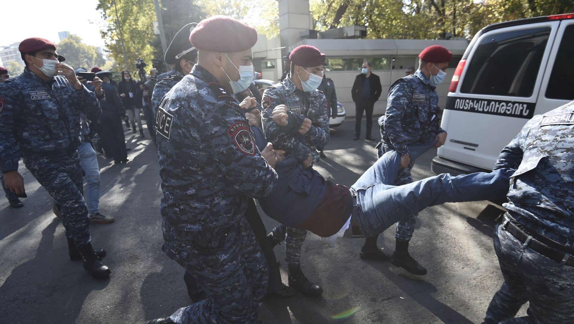 Funkcjonariusze organów ścigania zatrzymują uczestnika wiecu opozycji na Placu Wolności w Erewaniu w Armenii - Sputnik Polska, 1920, 22.04.2021