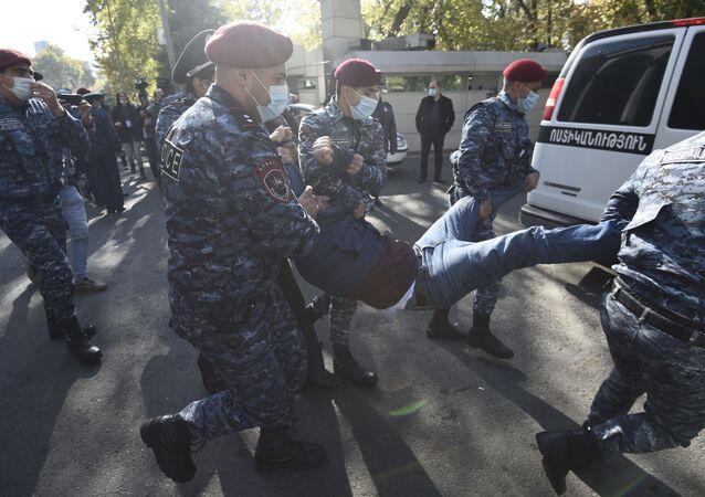 Funkcjonariusze organów ścigania zatrzymują uczestnika wiecu opozycji na Placu Wolności w Erewaniu w Armenii