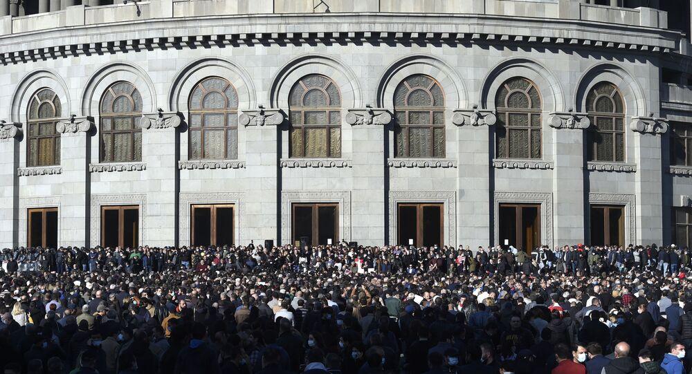 Uczestnicy opozycji na Placu Wolności w Erywaniu.