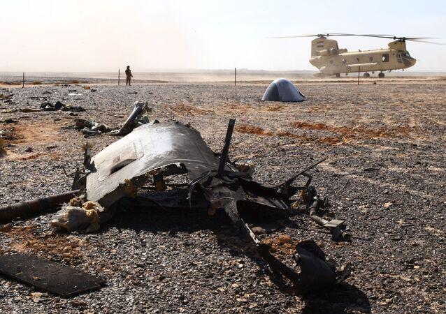 Wrak na miejscu katastrofy rosyjskiego samolotu Airbus A321 w Egipcie.