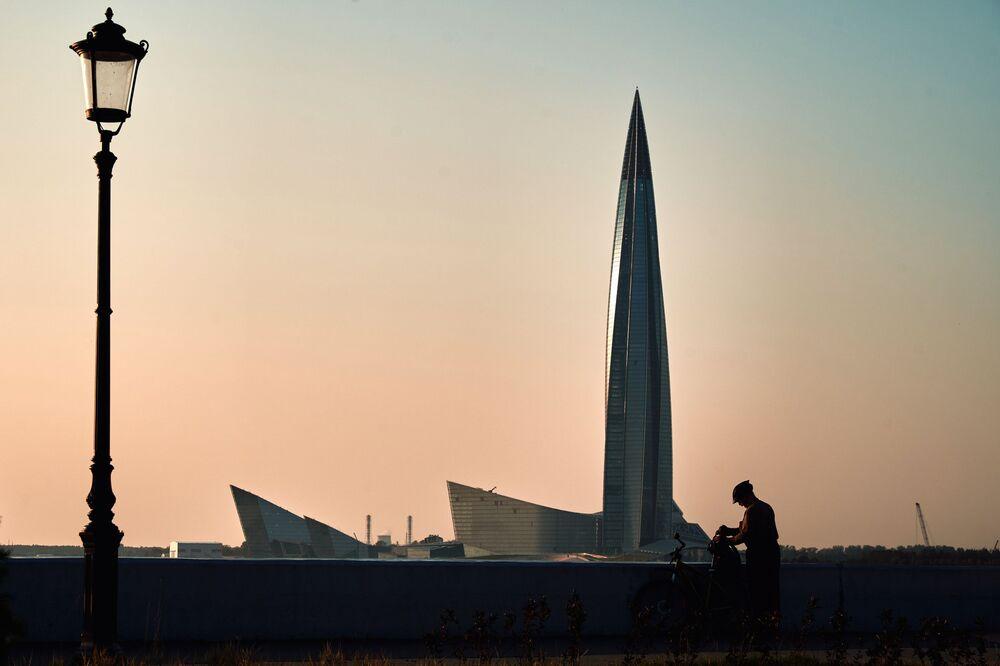 """Drapacz chmur kompleksu """"Łachta Centr"""" w Petersburgu na wybrzeżu Zatoki Fińskiej"""