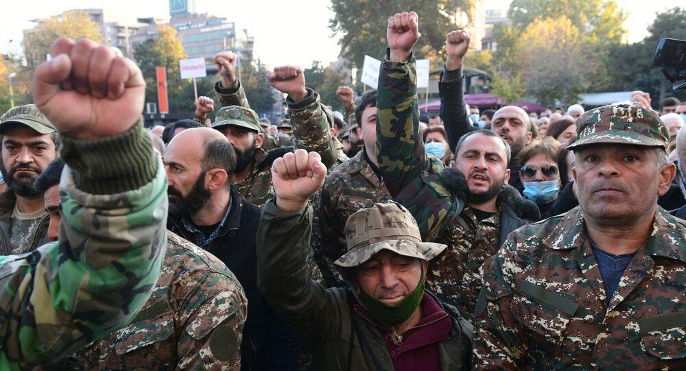 Uczestnicy protestu opozycji w Erywaniu.