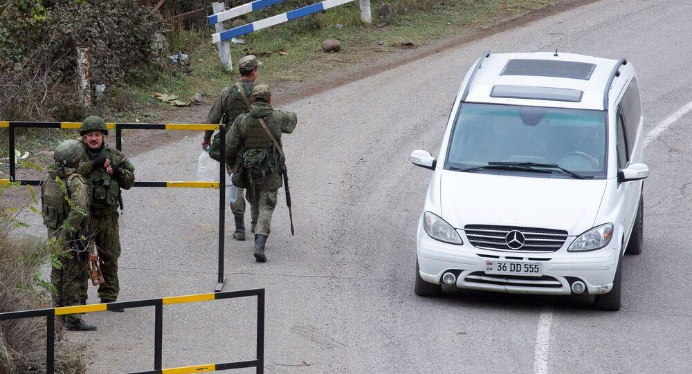 Rosyjscy żołnierze ze składu sił pokojowych patrolują miasto Laçın.