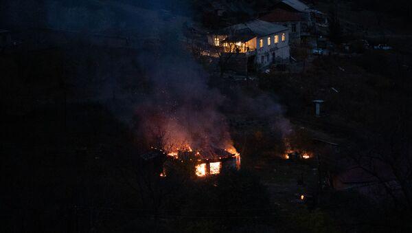 Płonący dom, obok klasztoru Dadiwank w dzielnicy Kelbadżar w Karabachu - Sputnik Polska