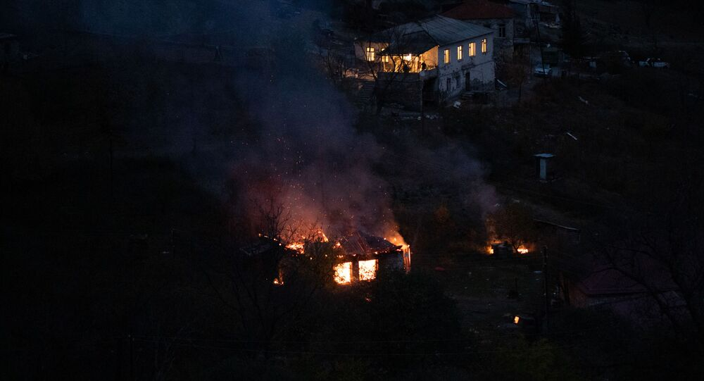 Płonący dom, obok klasztoru Dadiwank w dzielnicy Kelbadżar w Karabachu.