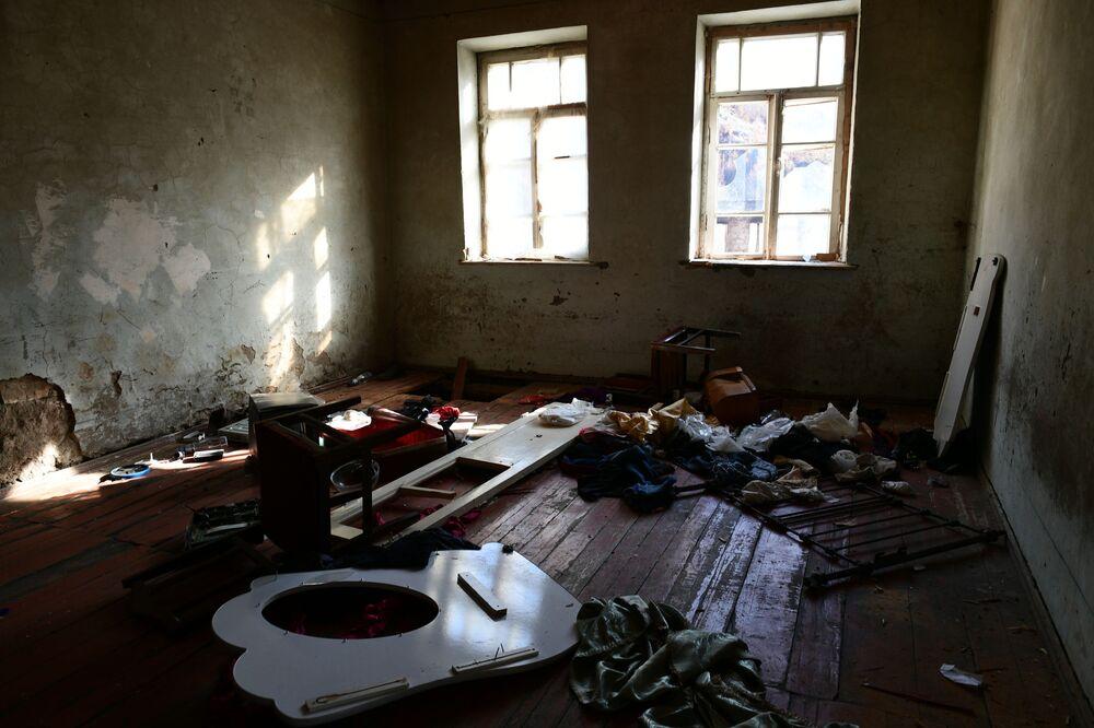 Opuszczone mieszkanie w wiosce Dadiwank na terytorium Górskiego Karabachu