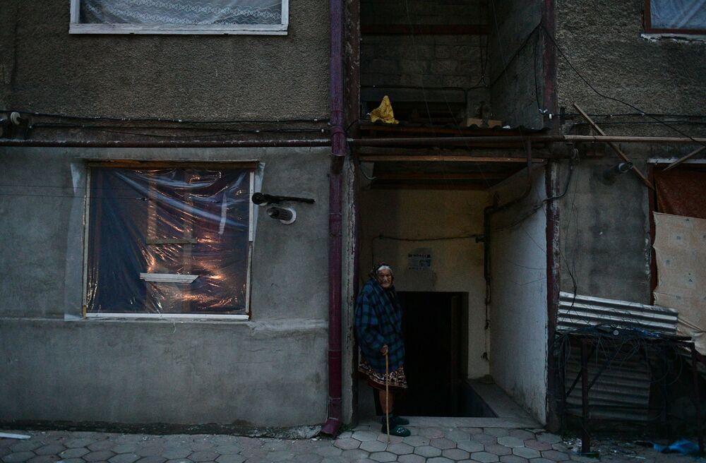 Starsza kobieta pod blokiem w Stepanakercie