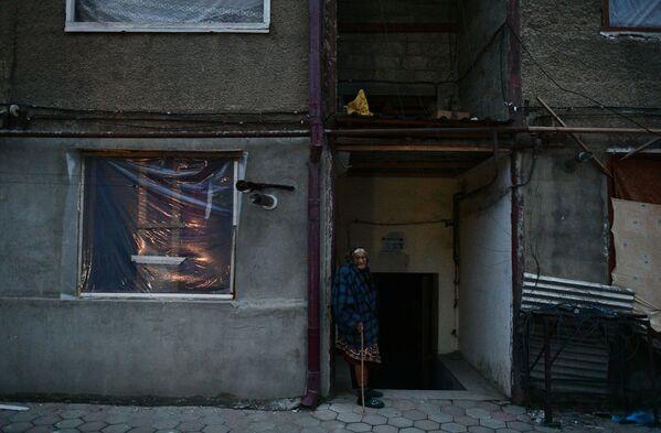 Starsza kobieta pod blokiem w Stepanakercie - Sputnik Polska