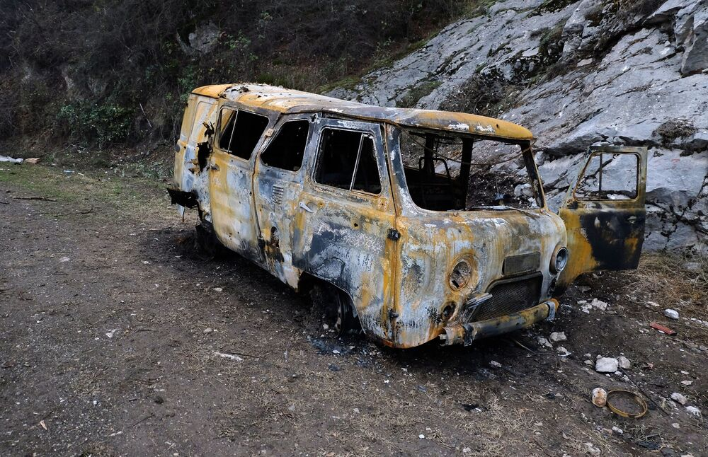 Samochód, zniszczony na skutek ostrzału w Karabachu