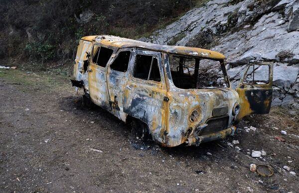 Samochód, zniszczony na skutek ostrzału w Karabachu - Sputnik Polska