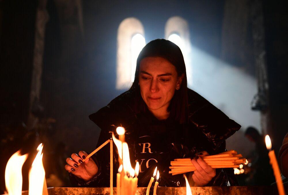 Młoda kobieta w klasztorze we wsi Dadiwank