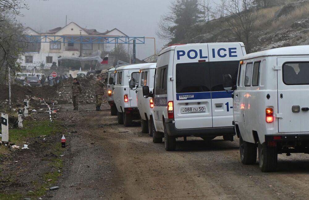 Samochody w wojskowym punkcie kontrolnym w Górskim Karabachu