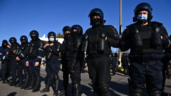 Policjanci zapewniają przejazd autobusów z Naddniestrza do lokali wyborczych w Mołdawii. - Sputnik Polska