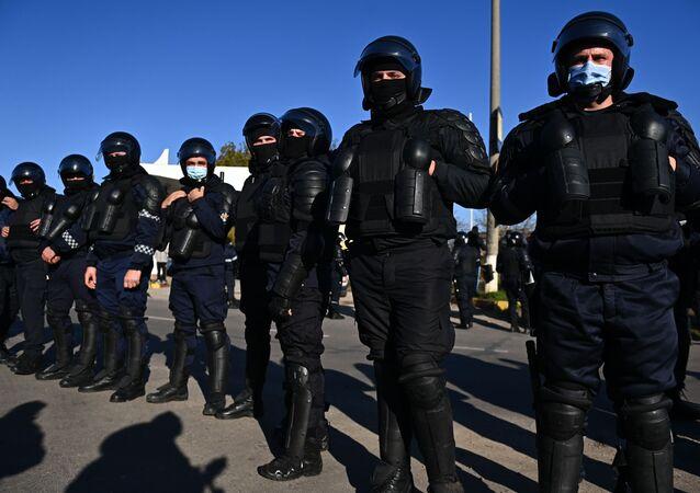 Policjanci zapewniają przejazd autobusów z Naddniestrza do lokali wyborczych w Mołdawii.