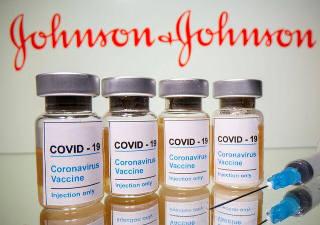 "Fiolki z napisem ""szczepionka przeciwko COVID-19"" na tle logo Johnson & Johnson"