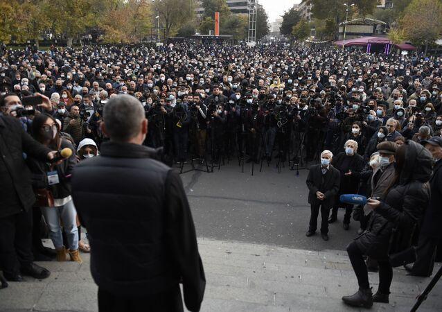 Wiec opozycji na Placu Wolności w Erywaniu