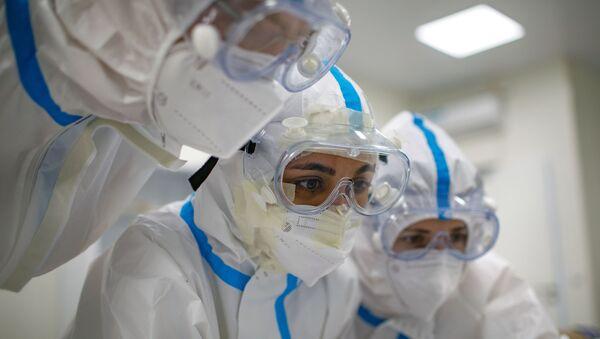 Pracownicy medyczni w szpitalu dla pacjentów z COVID-19 - Sputnik Polska