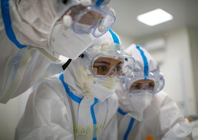 Pracownicy medyczni w szpitalu dla pacjentów z COVID-19
