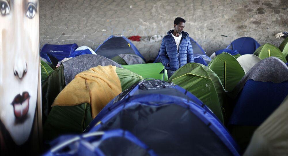 Obóz założony przez imigrantów w Saint-Denis
