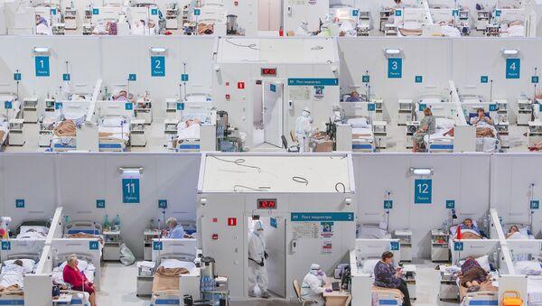 Pracownicy medyczni tymczasowego szpitala dla pacjentów z COVID-19 w pałacu lodowym w Moskwie - Sputnik Polska