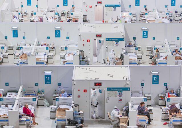 Pracownicy medyczni tymczasowego szpitala dla pacjentów z COVID-19 w pałacu lodowym w Moskwie