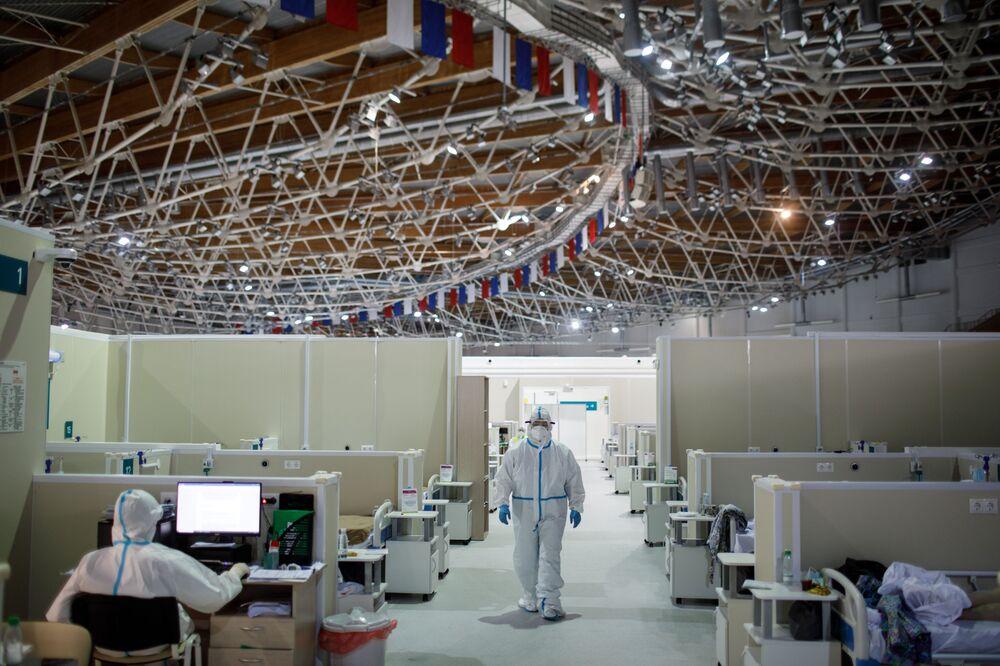 Tymczasowy szpital dla pacjentów z COVID-19 w pałacu lodowym w Moskwie