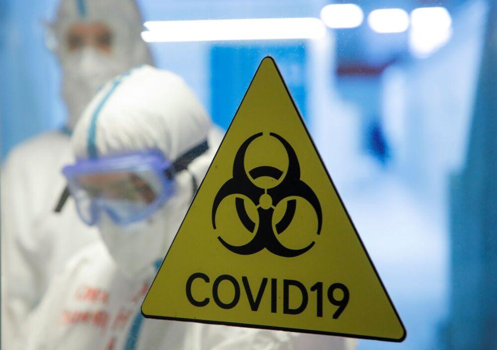 Znak zagrożenia biologicznego w tymczasowym szpitalu dla chorych z koronawirusem w Moskwie