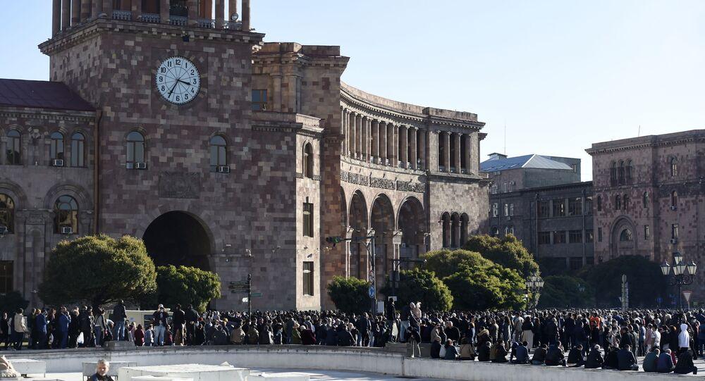 Uczestnicy wiecu opozycji przed budynkiem Parlamentu Armenii w Erywaniu.