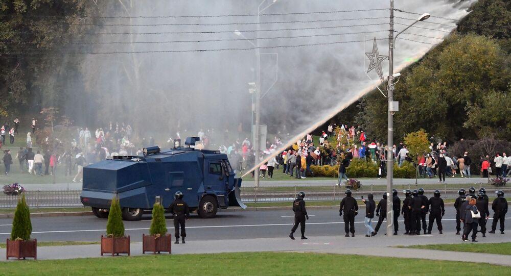 Policyjny samochód polewa wodą protestujących w Mińsku