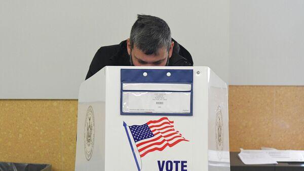 Wyborca podczas głosowania w wyborach prezydenckich w USA w lokalu wyborczym w Nowym Jorku - Sputnik Polska