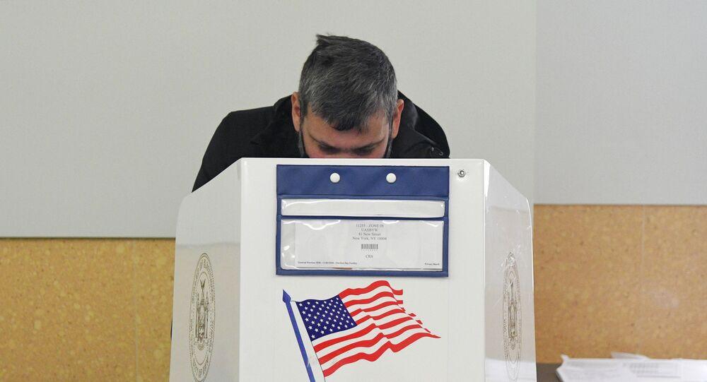Wyborca podczas głosowania w wyborach prezydenckich w USA w lokalu wyborczym w Nowym Jorku