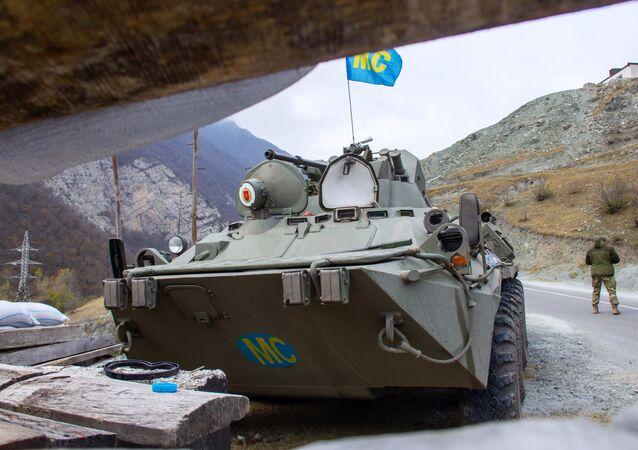 Kolumna rosyjskich sił pokojowych zmierzająca do klasztoru Dadivank w Górskim Karabachu
