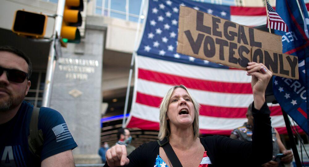 """Zwolenniczka Donalda Trumpa z plakatem """"Tylko legalne głosy"""" na ulicy w Filadelfii"""