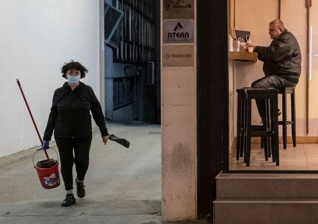 Kobieta w masce ochronnej, Belgrad