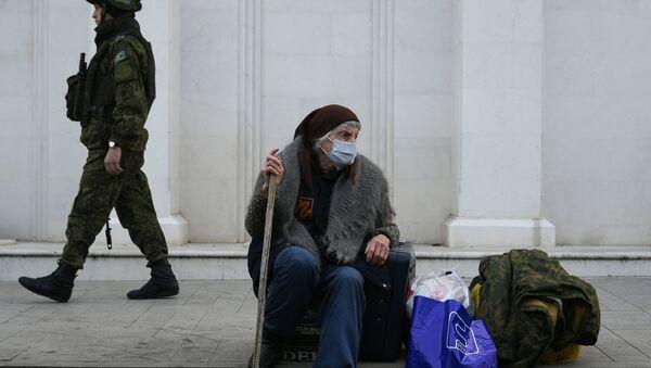 Rosyjski żołnierz sił pokojowych i starsza kobieta na ulicy Stepanakertu - Sputnik Polska