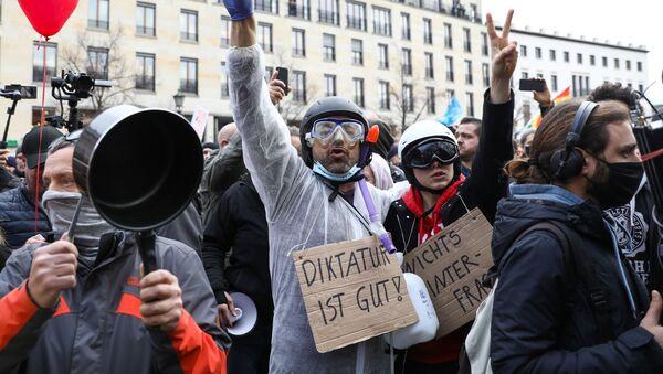 Protesty w centrum Berlina - Sputnik Polska