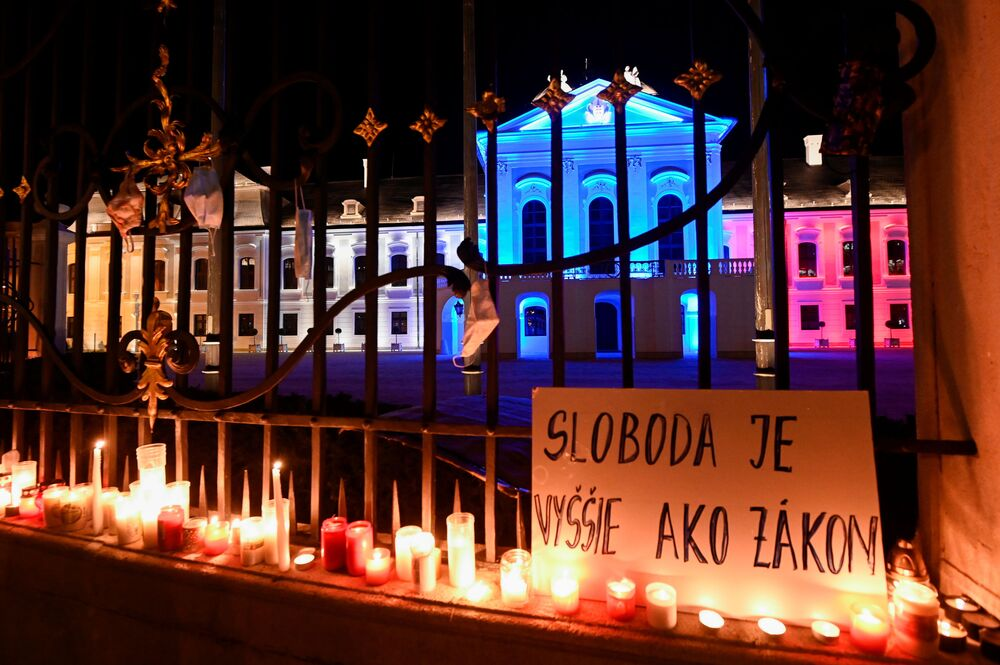"""Plakat z napisem """"Wolność to coś więcej niż prawo"""" podczas protestu przeciwko rządowym środkom przeciwdziałającym koronawirusowi przed Pałacem Prezydenckim w Bratysławie na Słowacji"""