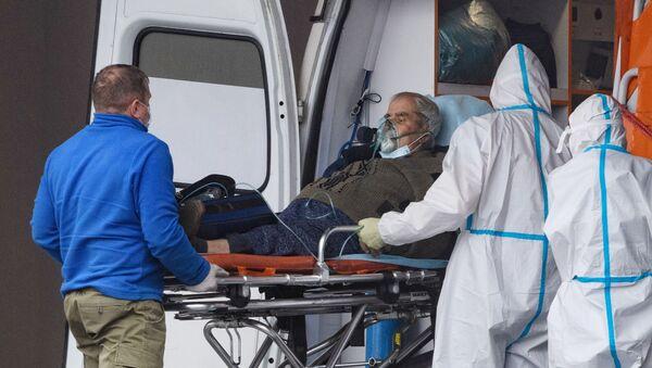 Pacjent z koronawirusem w karetce, Rosja - Sputnik Polska