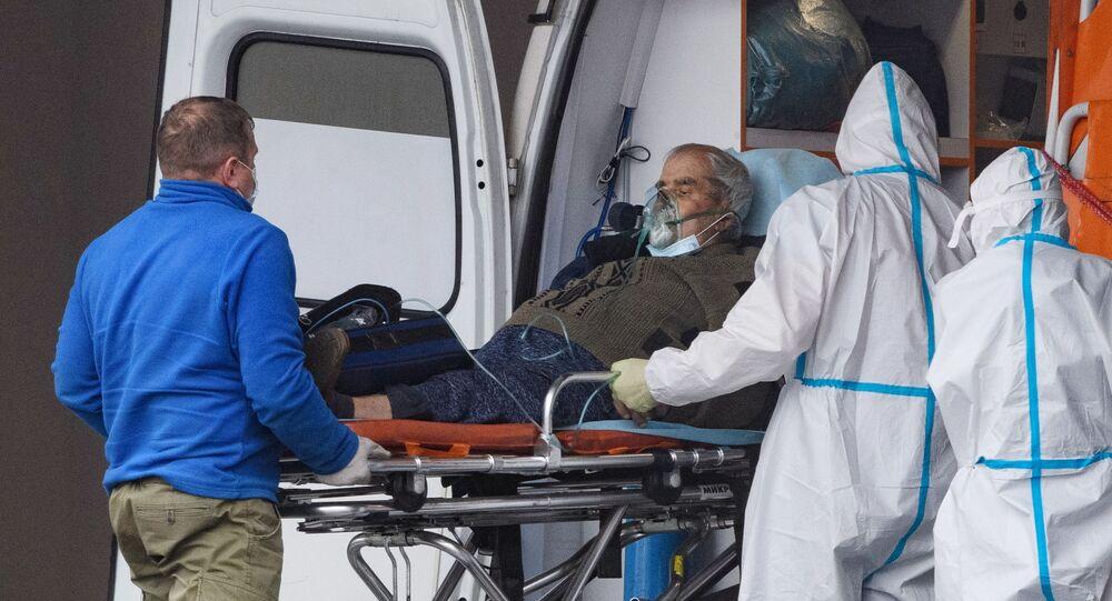 Pacjent z koronawirusem w karetce, Rosja
