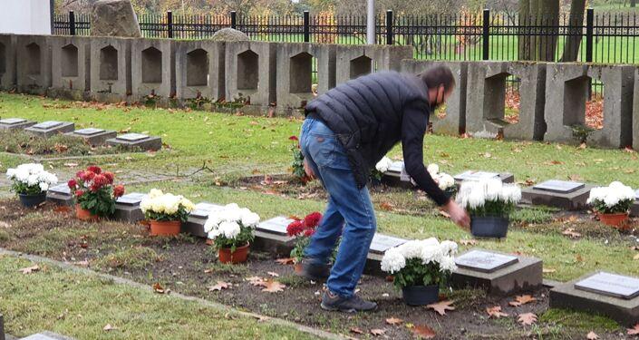 """Akcja fundacji """"Marysieńka"""" na cmentarzu wojennym Armii Radzieckiej w Legnicy"""