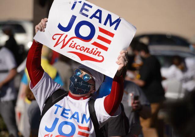 Uczestnik akcji na rzecz ponownego przeliczenia głosów w wyborach prezydenckich w stanie Wisconsin