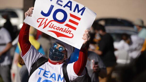 Uczestnik akcji na rzecz ponownego przeliczenia głosów w wyborach prezydenckich w stanie Wisconsin - Sputnik Polska