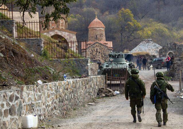 Żołnierze rosyjskich sił pokojowych w monastyrze Dadiwank w Górskim Karabachu.